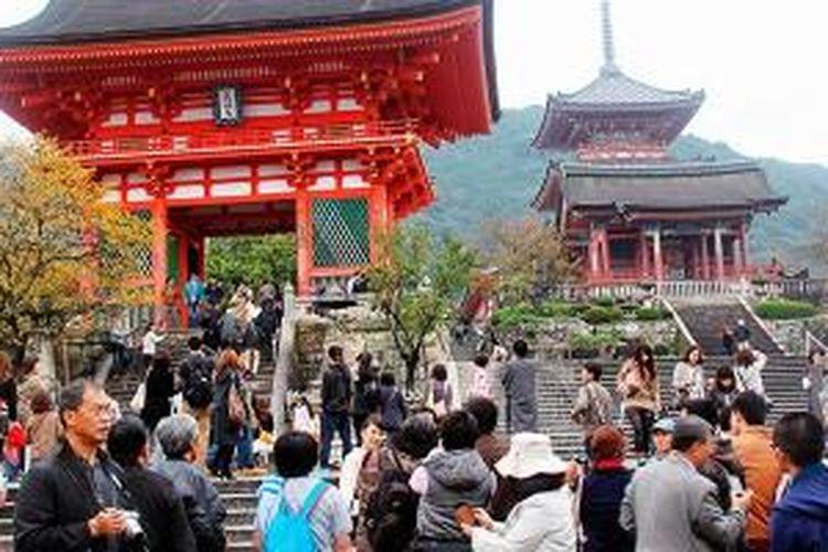 Kompleks depan Kuil Kiyomizu di kawasan perbukitan Kyoto, Jepang, Minggu (10/11/2013). Kuil yang telah menjadi warisan budaya dunia itu termasuk 10 obyek wisata terbaik di Kyoto.