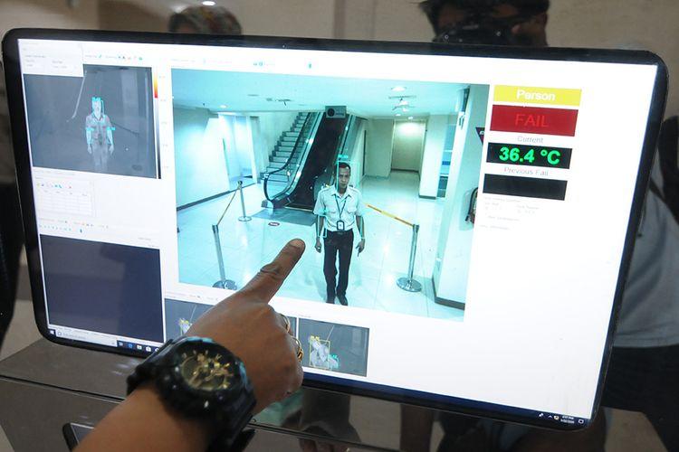Petugas Kantor Kesehatan Pelabuhan (KKP) menunjukan monitor alat deteksi suhu tubuh atau thermoscan di Bandara Adi Soemarmo, Boyolali, Jawa Tengah, Rabu (22/1/2020).  Alat tersebut digunakan untuk mendeteksi suhu tubuh penumpang pesawat internasional untuk mengantisipasi penyebaran Virus Corona yang berasal dari Wuhan, China.