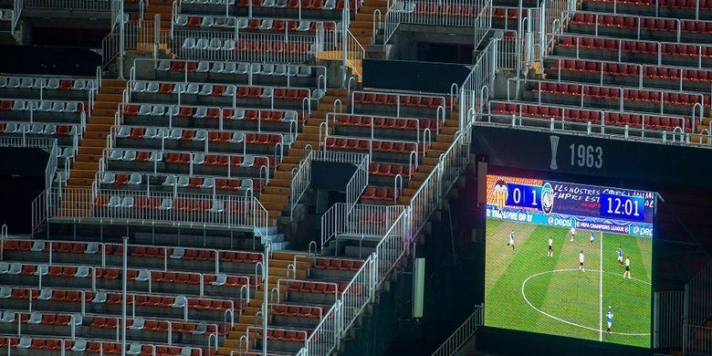 Foto diambil dari Stadion Mestalla di Valencia dalam pertandingan Grup H Liga Champions antara Valencia vs Atalanta yang berlangsung tanpa penonton sehubungan dengan wabah virus corona.