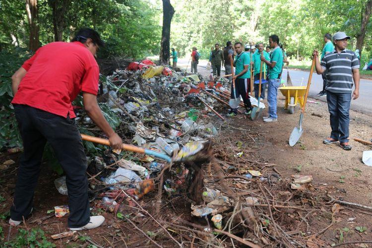 Para petugas dari BBKSDA NTT sedang membersihkan sampah di kawasan Taman Wisata Alam (TWA) Camplong di Kecamatan Fatuleu, Kabupaten Kupang, Nusa Tenggara Timur, Rabu (21/2/2018).