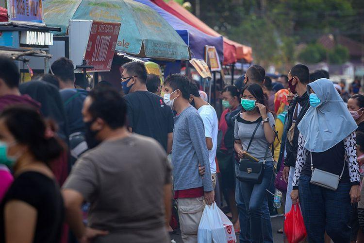 Sejumlah warga beraktivitas di kawasan Pasar Lama, Kota Tangerang, Banten, Minggu (17/5/2020). Gubernur Banten Wahidin Halim menyatakan penerapan Pembatasan Sosial Berskala Besar (PSBB) di Tangerang Raya diperpanjang selama 14 hari terhitung sejak tanggal 18 Mei hingga 31 Mei 2020.