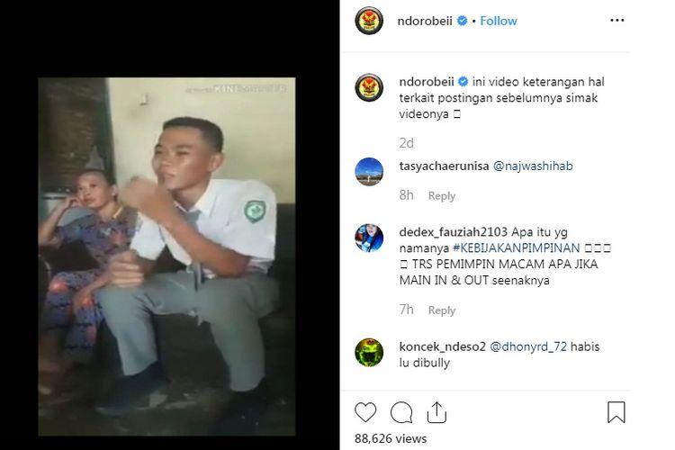Di akun Instagram @ndorobeii, video berdurasi 6.35 detik, Koko didampingi ibunya menceritakan kisahnya yang gagal menjadi Paskibraka Labuhan batu karena diganti anak pejabat.