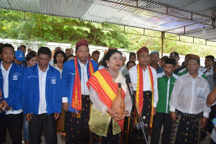 Seorang tokoh perempuan Manggarai Timur membawakan ritual kepok saat pendaftaran pasangan Andreas Agas-Stef Jaghur di Kantor Komisi Pemilihan Umum Manggarai Timur, Selasa (9/1/2018).