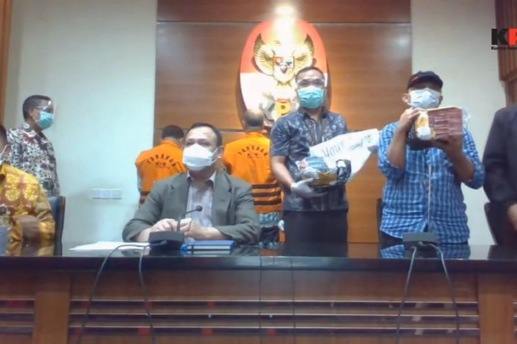 Petugas Komisi Pemberantasan Korupsi menunjukkan barang bukti yang didapat dari operasi tangkap tangan Wali Kota Cimahi Ajay Muhammad Priatna, Sabtu (28/11/2020.