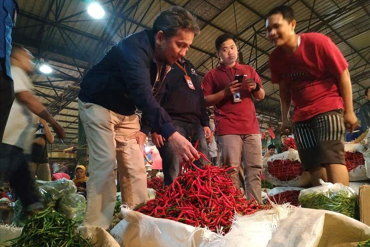 Anggota Ombudsman RI Ahmad Alamsyah Saragih, melakukan sidak ke Pasar Krama Jati, Jakarta Timur (17/5/2019). / KOMPAS.com