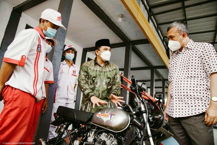 Kepala Dinas Pendidikan Provinsi Jawa Barat Dedi Supandi saat meluncurkan program SMK Membangun Desa di SMK Karya Nasional, Kabupaten Kuningan, Jawa Barat, pada Jumat (2/4/2021).