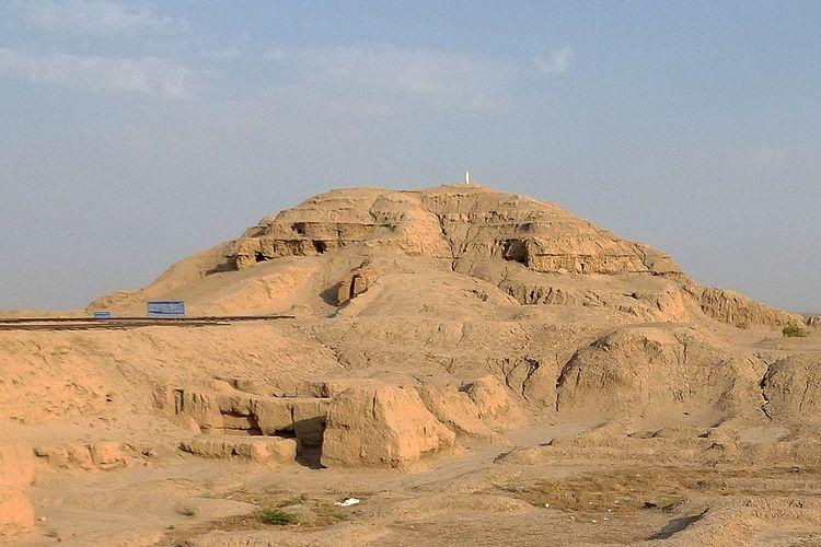 Ziggurat, sebuah monumen besar yang dibangun di lembah Mesopotamia Kuno.