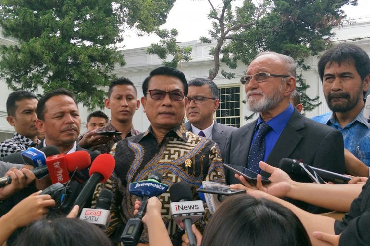 Kepala KSP Moeldoko bersama Wali NAD Malik Mahmud Al Haythar dan Ketum DPA Partai Aceh Muzakir Manaf di Istana Kepresidenan, Jakarta