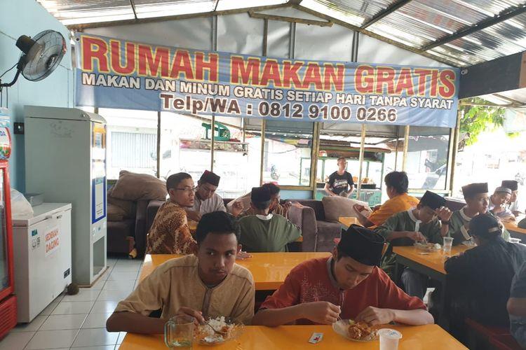 Karyawan dan anak yatim menjadi korban perampokan di Rumah Makan Gratis Ciangsana di Gunung Putri, Bogor, Jawa Barat.