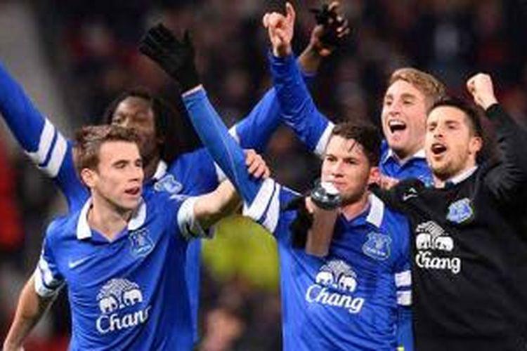 Gelandang Everton asal Kosta Rika, Bryan Oviedo (tengah), berselebrasi bersama gelandang asal Belgia Kevin Mirallas (kanan) dan pemain Spanyol Gerard Deulofeu (2 dari kanan), pemain asal Irlandia Seamus Coleman (kiri) dan striker asal Belgia Romelu Lukaku (kiri belakang) usai Everton taklukkan MU 1-0 di Old Trafford, Rabu (4/12/2013). Gol tunggal Everton dicetak Oviedo.