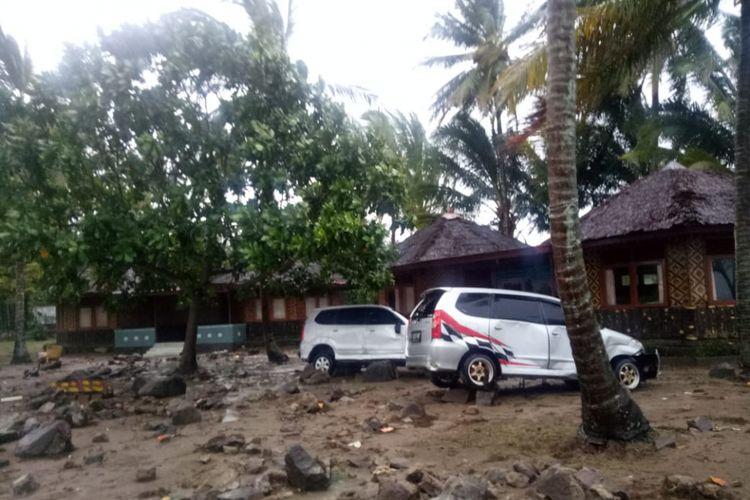Kondisi mobil-mobil di Wisma Kompas Gramedia Karang Bolong Banten setelah dihantam tsunami, Minggu (23/12/2018).