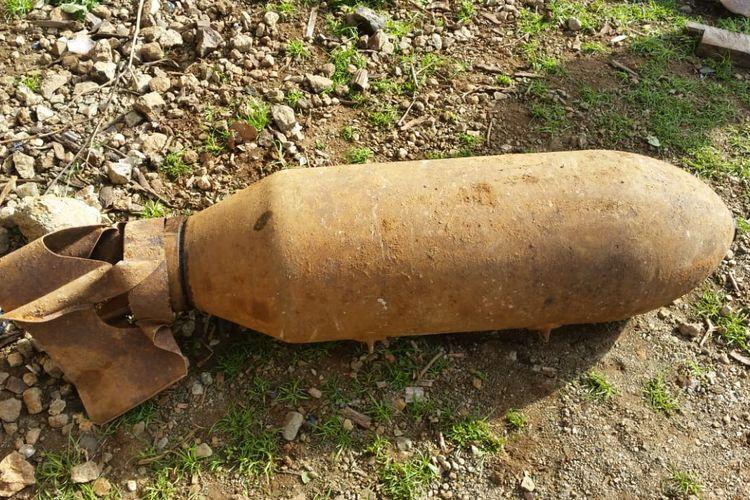 Benda yang diduga merupakan bom bekas perang dunia II, ditemukan oleh warga Desa Jenilu, Kabupaten Belu, NTT