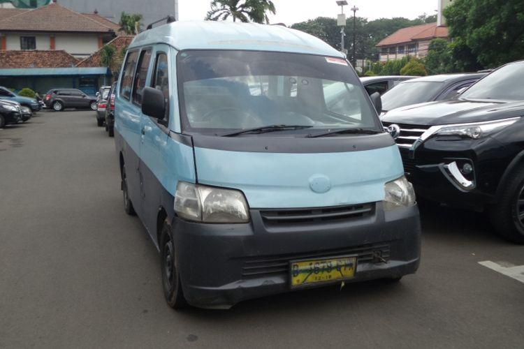 Mobil angkot yang dipakai SBH (22) untuk menabrak driver GrabBike saat bentrok sopir angkot dengan ojek online di Tangerang, Rabu (8/3/2017) silam. Angkot diamankan di Polres Metro Tangerang bersama SBH selaku tersangka tabrak lari.