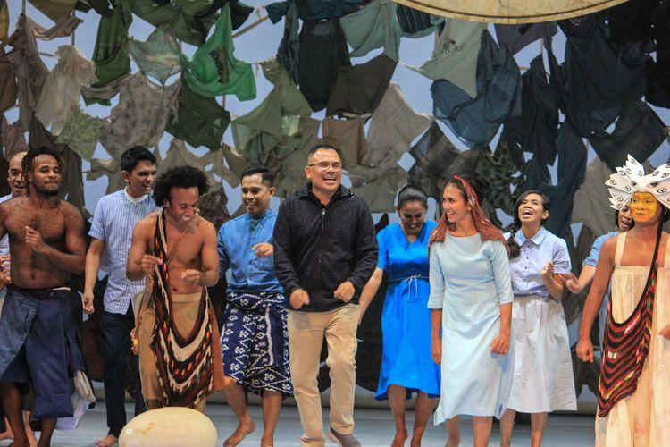 Sutradara Garin Nugroho (tengah) bersama para pemain seusai Pementasan Planet-Sebuah Lament di teater Taman Ismail Marzuki, Cikini,Jakarta Kamis(16/1/2020). Pertunjukan ini berkisah tentang sebuah lament atau ratapan dalam nyanyian mencari sebuah planet, di mana peradaban dituntut mencari pangan dan energi baru.