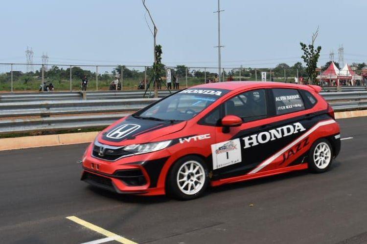 Aksi pebalap Honda Racing Indonesia, Alvin Bahar, pada balapan Indonesia Sentul Series of Motorsport (ISSOM) 2019.