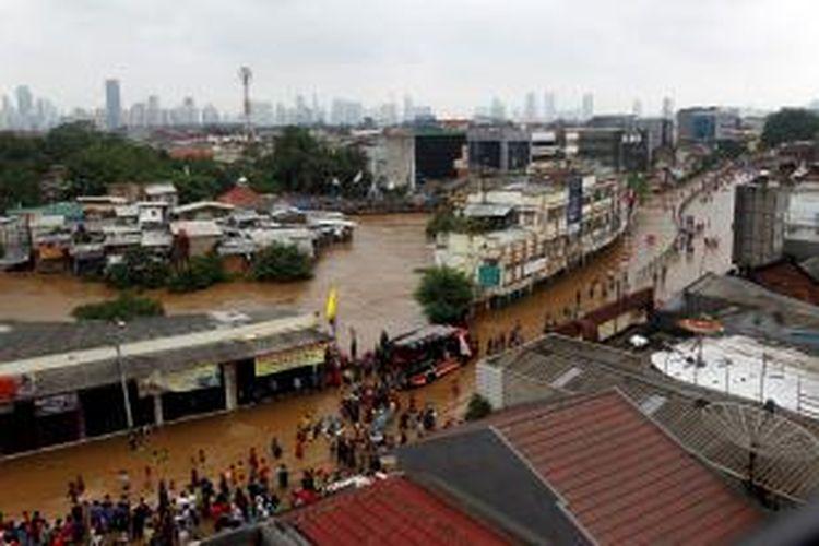 Jalan Jatinegara Barat terendam banjir luapan Kali Ciliwung, Jakarta, Sabtu (18/1/2014). Hujan dengan intensitas lebat disertai angin diperkirakan masih akan terus terjadi di Jakarta dan sekitarnya hingga Senin (20/1/2014) .