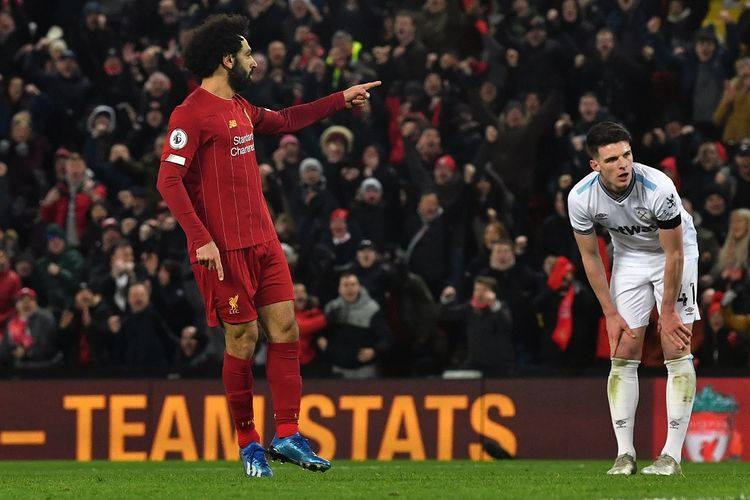 Gelandang Liverpool Mohamed Salah (kiri) merayakan gol kedua timnya selama pertandingan sepak bola Liga Inggris antara Liverpool dan West Ham United di Stadion Anfield, Liverpool pada Senin (24/02/2020) atau Selasa dini hari WIB.