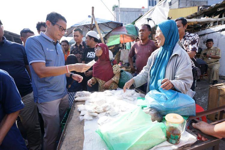 Calon wakil Presiden Sandiaga Uno kaget melihat inovasi warga berupa tempe sachet saat berkunjung di salah satu pasar di Semarang, Senin (24/9/2018)