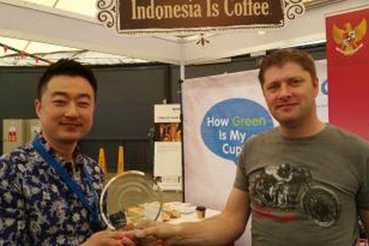 John Lee (Kiri) dan Clive Samuel (kanan) dari PT Tanamera Kopi Indonesia, Jakarta memenangkan penghargaan internasional kopi di Australia.