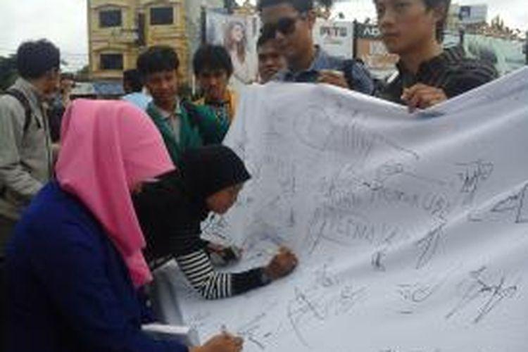 Perhimpunan Pemuda Islam Indonesia (PMII) Bandarlampung menggalang ribuan tanda tangan dari masyarakat Lampung, menolak sikap antidemokrasi, Rabu (8/1/2014).