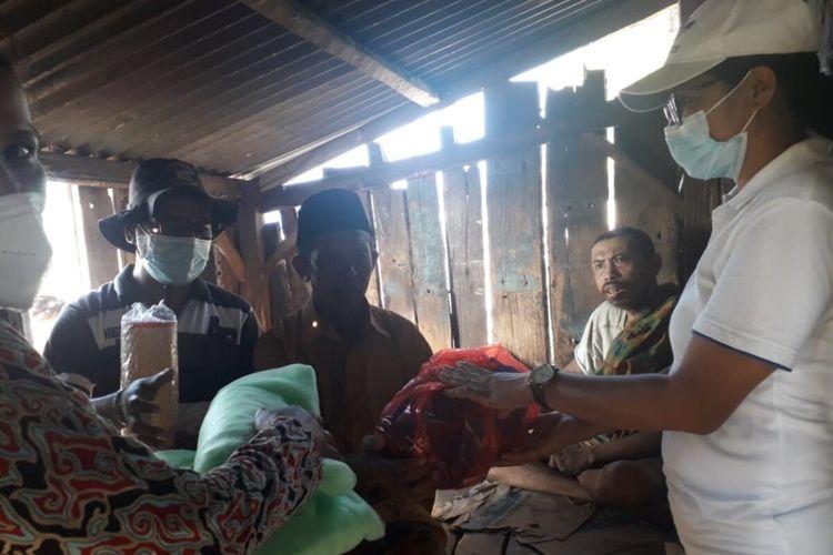 Pemerintah Kecamatan Lambaleda Utara dan Puskesmas Dampek mengumpulkan dana THR untuk membantu penderita gangguan jiwa di wilayah Kecamatan tersebut, Kamis, (20/5/2021). (KOMPAS.com/DOK-PLT CAMAT LAMBALEDA UTARA-AGUSTINUS SUPRATMAN)