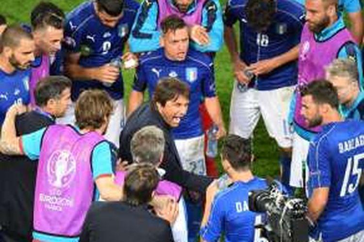 Pelatih tim nasional Italia, Antonio Conte, berada di antara para pemainnya menjelang babak adu penalti kontra Jerman, di Stade Matmut-Atlantique, Sabtu (3/7/2016) waktu setempat.
