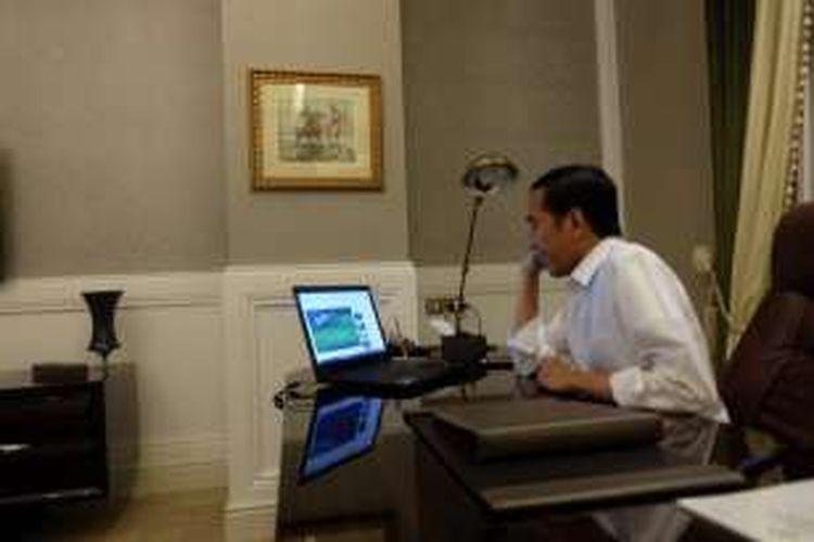 Presiden Joko Widodo menyaksikan perjuangan timnas Indonesia di final Piala AFF 2016 via laptop di Iran, Rabu (14/12/2016).