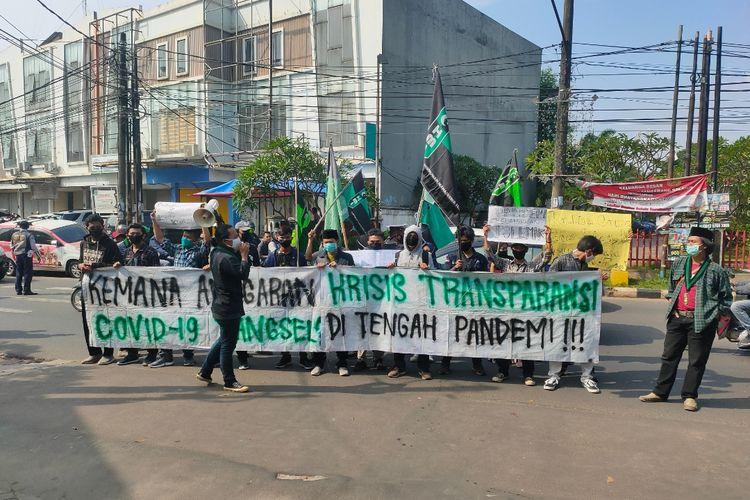 Sejumlah mahasiswa melakukan aksi demonstrasi di depan Gedung Pemerintah Kota Tangerang Selatan, Senin (13/7/2020)