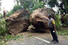 Dua Bongkah Batu Raksasa Terguling, Tutup Akses Jalan Antardesa