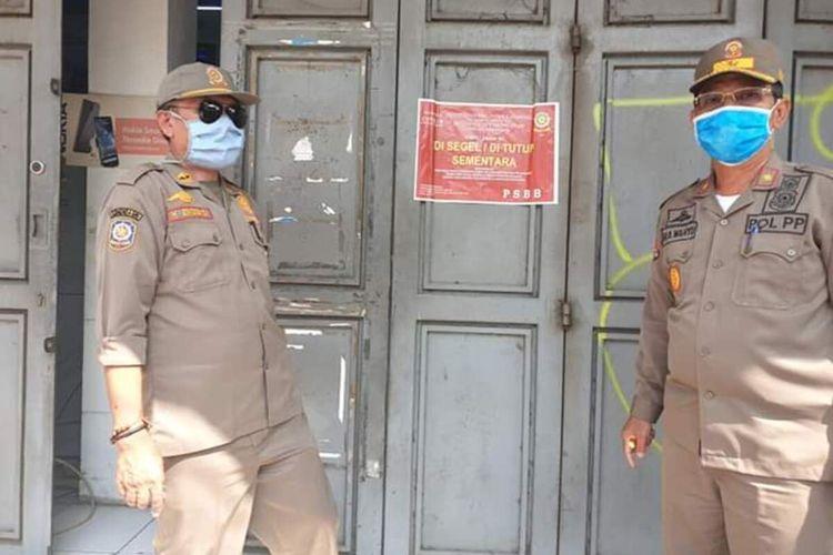 Satuan Polisi Pamong Praja (Satpol PP) Karawang menyegel toko di wilayah Jalan Tuparev dan kawasan Niaga yang melanggar aturan Pembatasan Sosial Berskala Besar (PSBB), Minggu (10/5/2020).