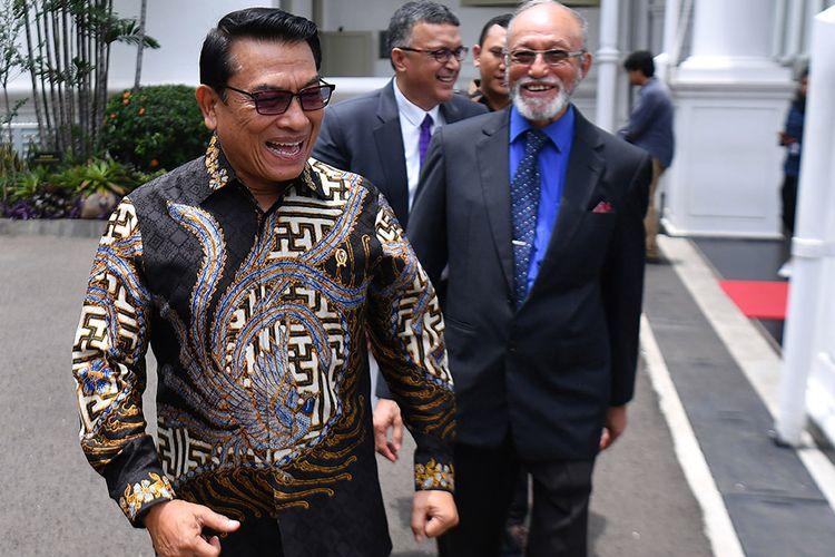 Kepala Staf Kepresidenan Moeldoko (kiri) berjalan bersama mantan petinggi Gerakan Aceh Merdeka (GAM) Malik Mahmud Al Haythar (kanan) seusai bertemu Presiden Joko Widodo di Kompleks Istana Kepresidenan, Jakarta, Kamis (13/2/2020). Pertemuan tersebut membahas soal perjanjian Helsinki yang merupakan perjanjian perdamaian antara RI dengan GAM yang ditandatangani di Finlandia pada 15 Agustus 2005 lalu untuk menyelesaikan konflik di Aceh.
