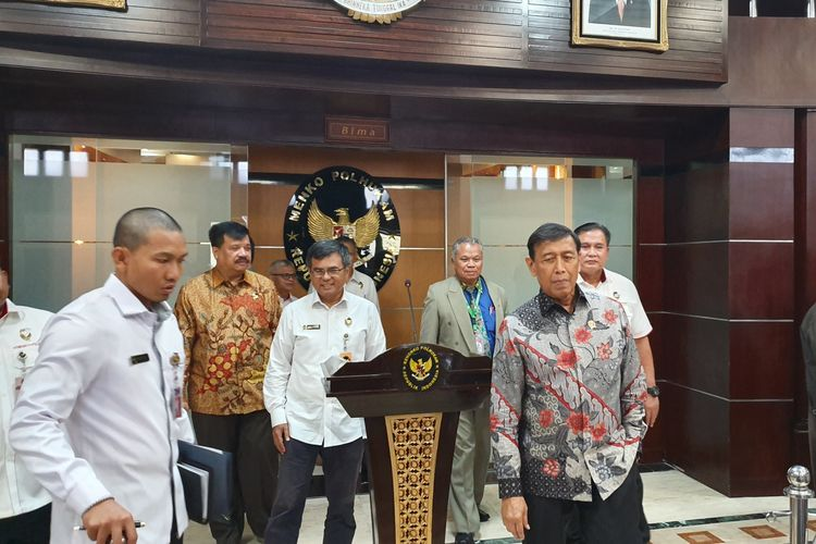 Menko Polhukam Wiranto usai memimpin rapat tim asistensi hukum Kemenko Polhukam, Kamis (9/5/2019).