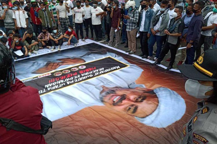 Sejumlah orang melakukan aksi damai di depan kantor Gubernur Sumatera Utara di Jalan Diponegoro, Medan pada Jumat (20/11/2020) sore menolak kedatangan pimpinan FPI, Rizieq Shihab ke Medan.