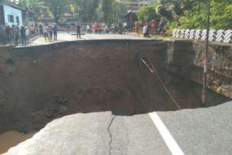 Jembatan Ketapang, Kota Banjar, Jawa Barat, di jalur utama penghubung Provinsi Jabar-Jateng ambruk tak bisa dilewati kendaraan akibat cuaca buruk, Senin (10/10/2016)