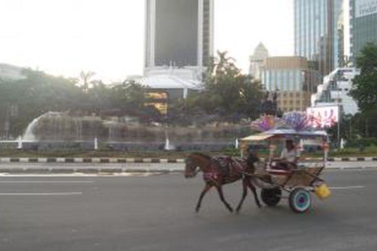 Kondisi terkini Patung Arjuna Wijaya yang terletak di Jalan Medan Merdeka Barat, setelah sebelumnya mengalami renovasi selama hampir tiga bulan, Minggu (11/1/2015). Tampak air mancur di patung tersebut telah kembali memancurkan air.