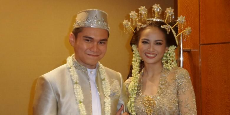 Acha Septriasa dan suaminya, Vicky Kharisma, setelah menjalani prosesi akad nikah di Hotel Le Meridian, Sudirman, Jakarta Pusat, Minggu (11/12/2016).