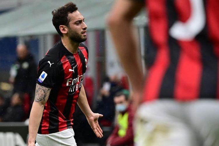 Gelandang asal Turki, Hakan Calhanoglu, merayakan gol setelah membuka skor pada laga AC Milan vs Sassuolo, 21 April 2021, di Stadion San Siro, Milan.