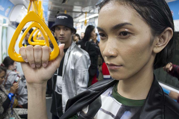 Model berpose saat meragakan busana di acara Fashion Rock 2020 di Stasiun MRT Bundaran HI, Jakarta Pusat, Jumat (31/1/2020). Mengangkat tema Commuting Life acara tersebut bertujuan untuk mengajak pengunjung menggunakan fasilitas umum.