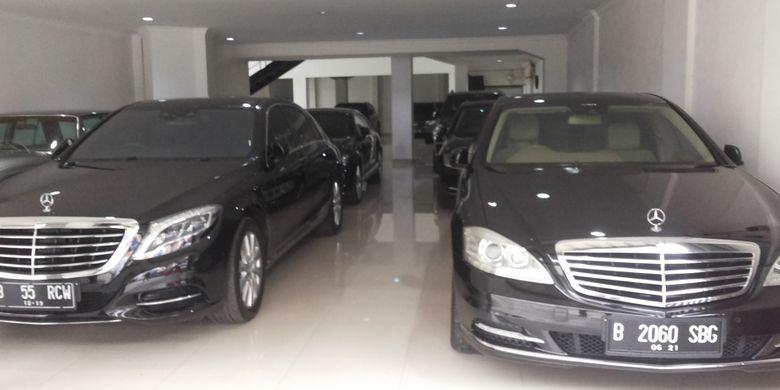 Salah satu sedan Mercedes Benz bekas yang dipajang di diler DBS Auto, Jalan Fatmawati, Jakarta Selatan, Rabu (14/2/2018).