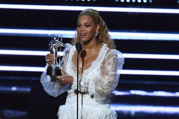 Beyonce menerima penghargaan pada MTV Video Music Award di the Madison Square Garden, New York, Minggu (28/8/2016).