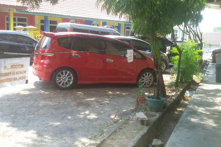 Mobil Honda Jazz milik pelaku pencurian di rumah dinas kapolres, disita dan dibawa ke Mapolres Pangkal Pinang, Jumat (18/10/2019).