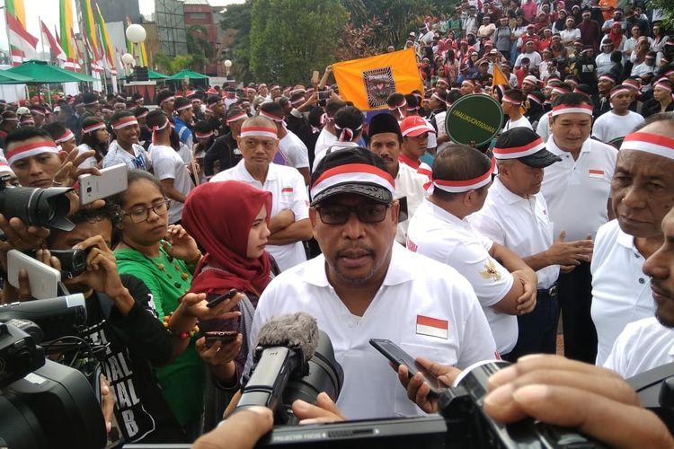 Gubernur Maluku, Murad Ismail saat diwawancarai sejumlah wartawan usai mengikuti acara Deklarasi Maluku Cinta Damai di kawasan Gong Perdamaian Dunia, Kota AMbon, Jumat (28/6/2019)