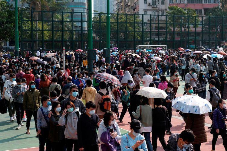 Warga mengantre untukmembeli masker di tengah merebaknya virus corona di Hong Kong, pada 1 Februari 2020.