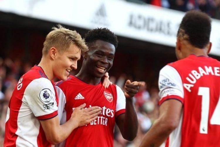 Para pemain Arsenal merayakan gol Bukayo Saka ke gawang Tottenham Hotspur pada laga pekan keenam Liga Inggris 2021-2022 di Stadion Emirates, Minggu (26/9/2021).