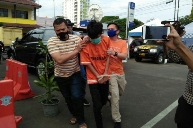 Tersangka penusukan Syekh Ali Jaber, AA (24) digiring aparat kepolisian di Mapolresta Bandar Lampung, Senin (14/9/2020).