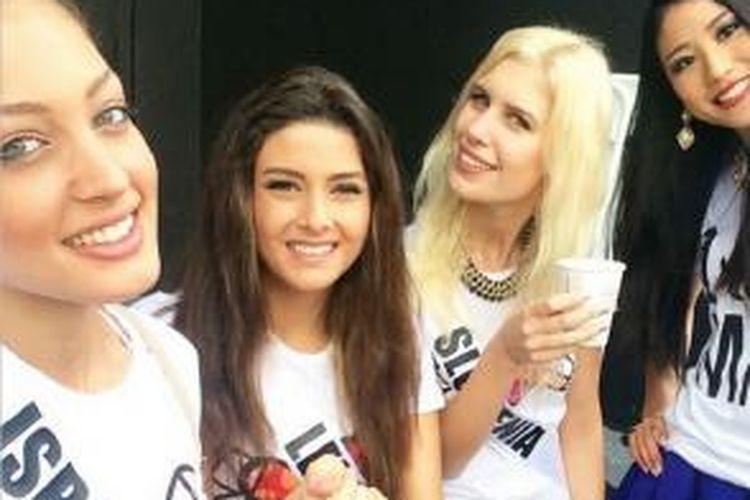 Foto selfie yang menghebohkan itu, dari kiri Miss Israel Doron Matalon, Miss Lebanon Saly Greige dan Miss Slovenia serta Miss Jepang yang tidak disebutkan namanya.