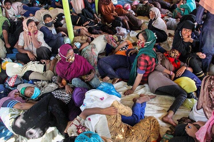 Sejumlah imigran etnis Rohingya beristirahat di pesisir Pantai Ujong Blang, Lhokseumawe, Aceh, Senin (7/9/2020). Sebanyak 297 imigran etnis Rohingya, dengan rincian 181 perempuan, 102 orang laki-laki, dan 14 orang anak-anak, terdampar ke perairan Aceh sekita pukul 00.30 WIB pada Senin dini hari.