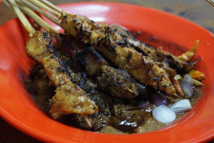 Seporsi sate ondomohen Bu Asih dengan potongan bawang merah, bumbu kacang, dan serundeng kelapa.