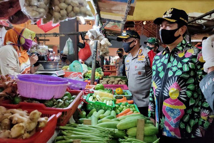 Wali Kota Jakarta Barat Rustam Effendi saat melakukan peninjauan Pasar Kopro di Tomang, Jakarta Barat, Kamis (4/6/2020)