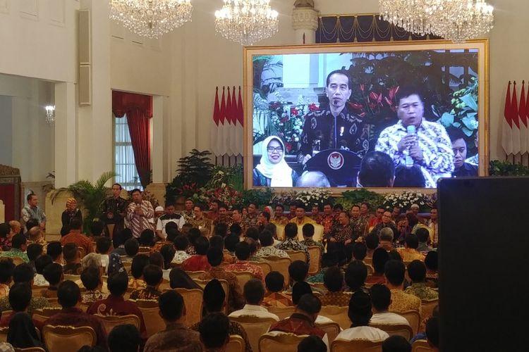 Presiden Joko Widodo dan nelayan asal Lamongan Agus Mulyono saat Presiden bersilaturahmi dengan para nelayan di Istana Negara, Jakarta, Selasa (22/1/2019).